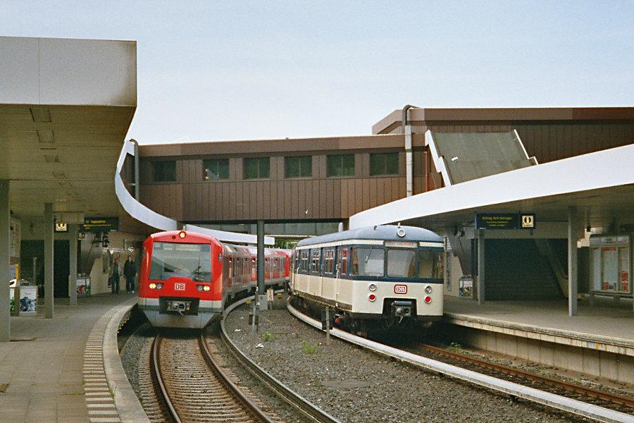470 128 bei seiner Erstvorstellung als Museumszug 2005 im S-Bahnhof Berliner Tor.
