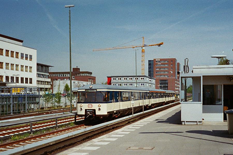 470 128 bei seiner Erstvorstellung als Museumszug 2005 im S-Bahnhof Poppenbüttel.