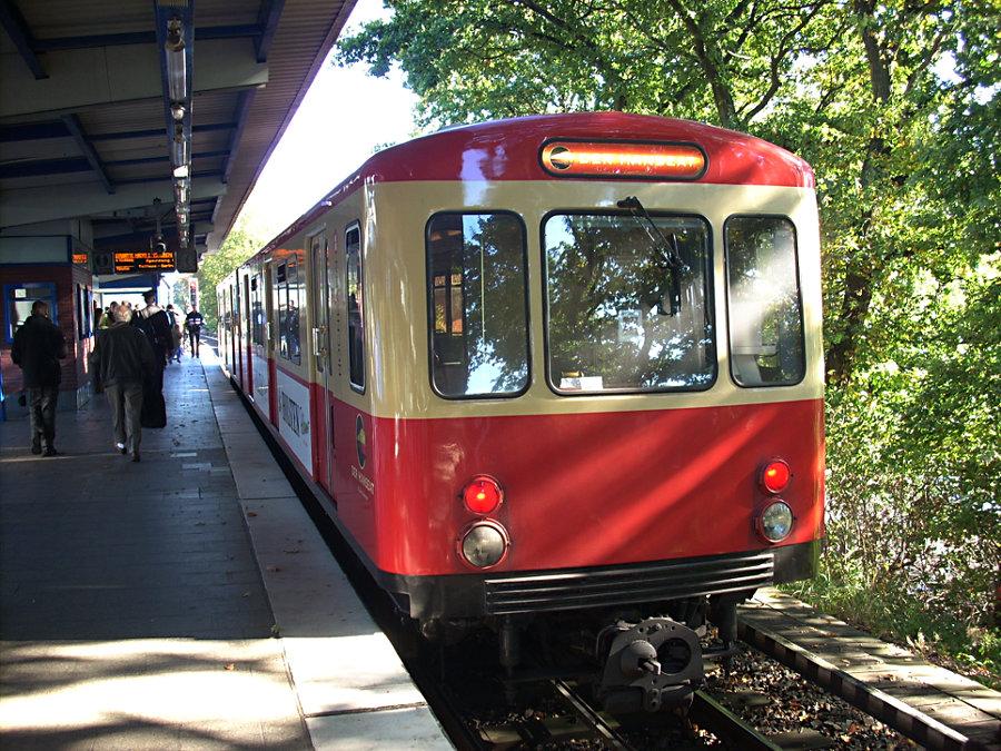 Der >>Hanseat<< (DT 1 516) der HHA beim 7. Verkehrshistorischen Tag 2007 in der Haltestelle Wandsbek-Gartenstadt.