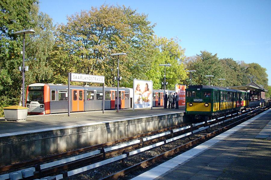 Der HHA T-Wagen-Zug aus T 220 und T 11 beim 7. Verkehrshistorischen Tag 2007 in der Haltestelle Saarlandstraße neben einem DT 3 E.