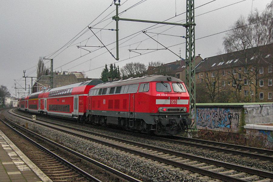 218 413 (218 407 ziehend) mit einem Regionalzug bei der Vorbeifahrt am S-Bahn Haltepunkt Landwehr.
