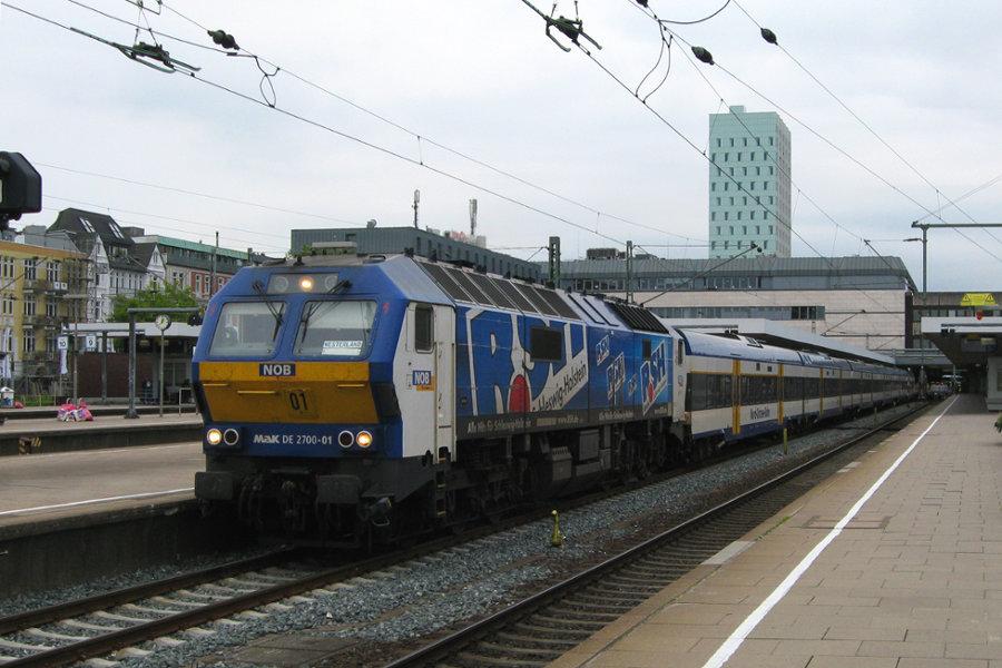 251 001 (DE 2700-01) mit einer NOB im Bahnhof Altona.