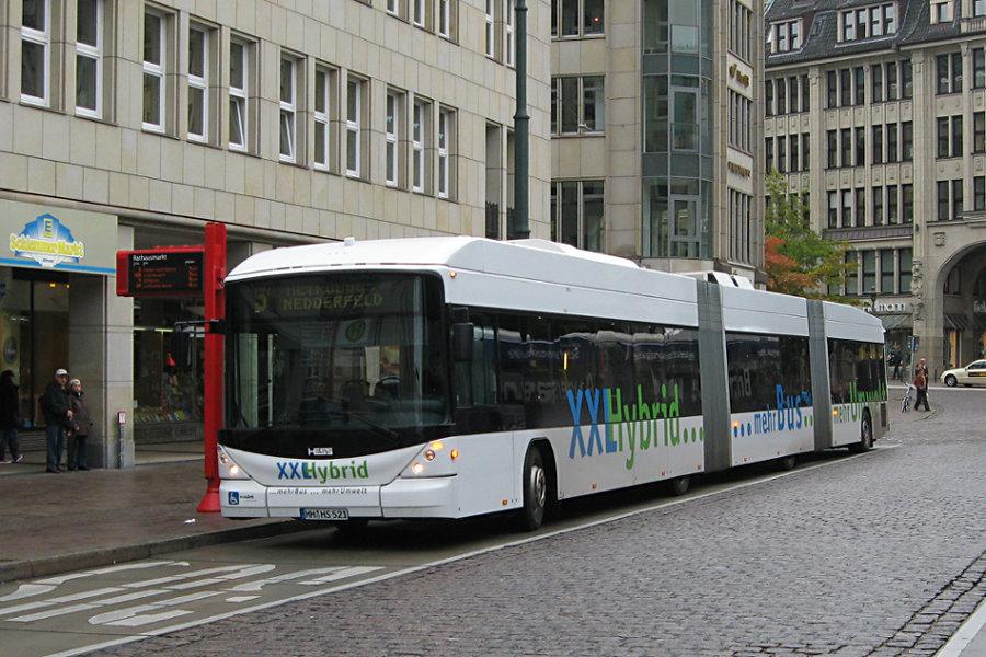 HHA Testwagen (Hess lighTram Hybrid) 8800 auf der Metrobus-Linie 5 an der Haltestelle Rathausmarkt.