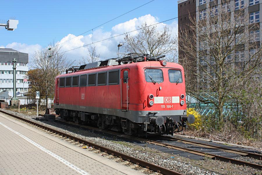 115 166 abgestellt im Bahnhof Neumünster.