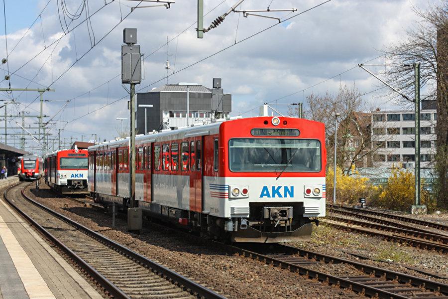 AKN VT 2.52 verlässt als AKN 90828 nach Abkuppeln von VT 2.66 den Bahnhof Neumünster.