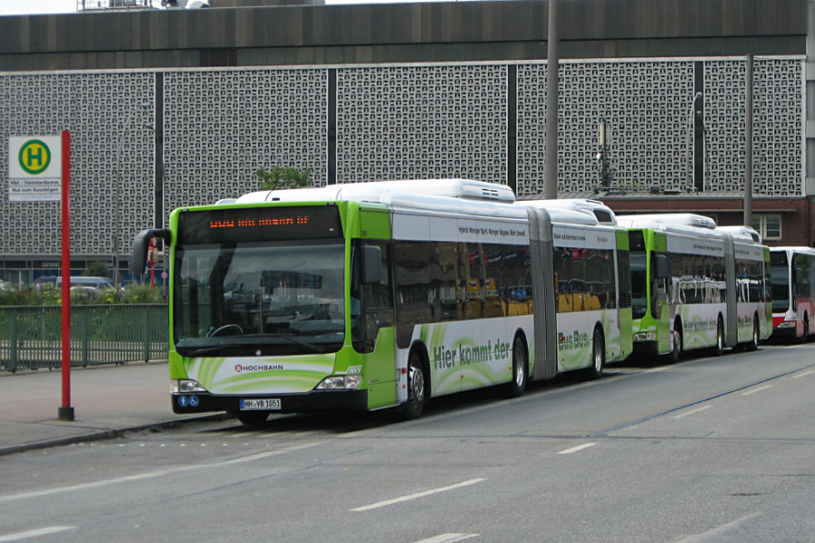 HHA 7051 und 7052 an der Überliegehaltestelle Hauptbahnhof.