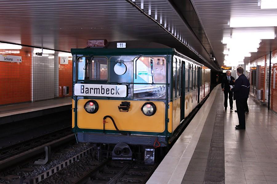 Sonderzug aus T 1 11 und TU 1 8838 in der Haltestelle Schlump.