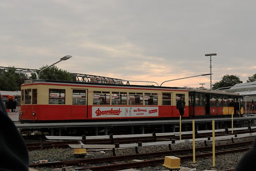 Sonderzug aus TU 1 8838 und T 1 11 in der Betriebswerkstatt Barmbek, im Hintergrund ein anderer Sonderzug aus DT 1 516
