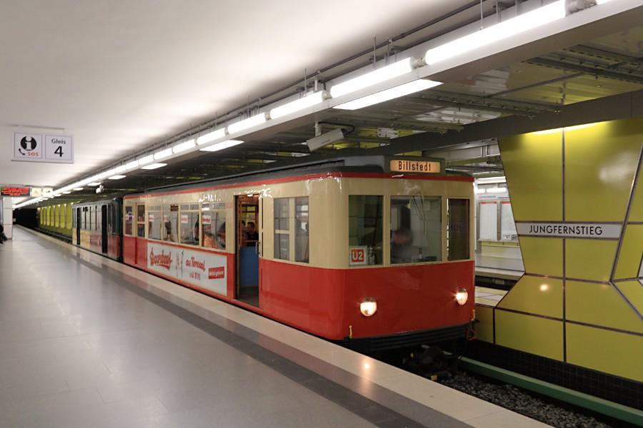 Sonderzug aus TU 1 8838 und T 1 11 in der Haltestelle Jungfernstieg.