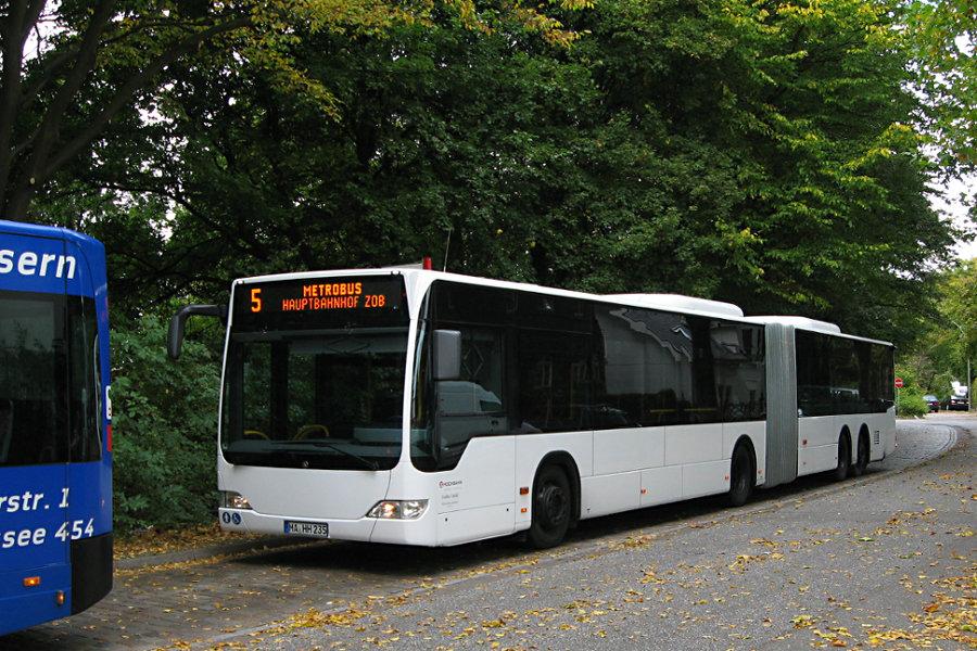 Vorführwagen HHA 7000 (MA-HH 235) auf der Metrobus-Linie 5 im Pausenbereich der Haltestelle Nedderfeld (Kehre).