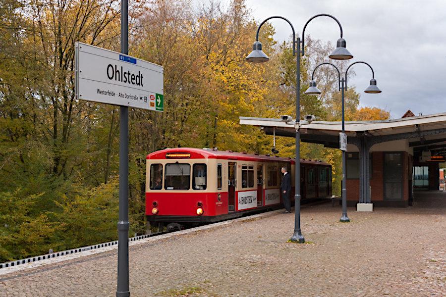 """Der """"Hanseat"""" (DT 1 516) beim 10. Verkehrshistorischen Tag 2010 iin der Haltestelle Ohlstedt."""
