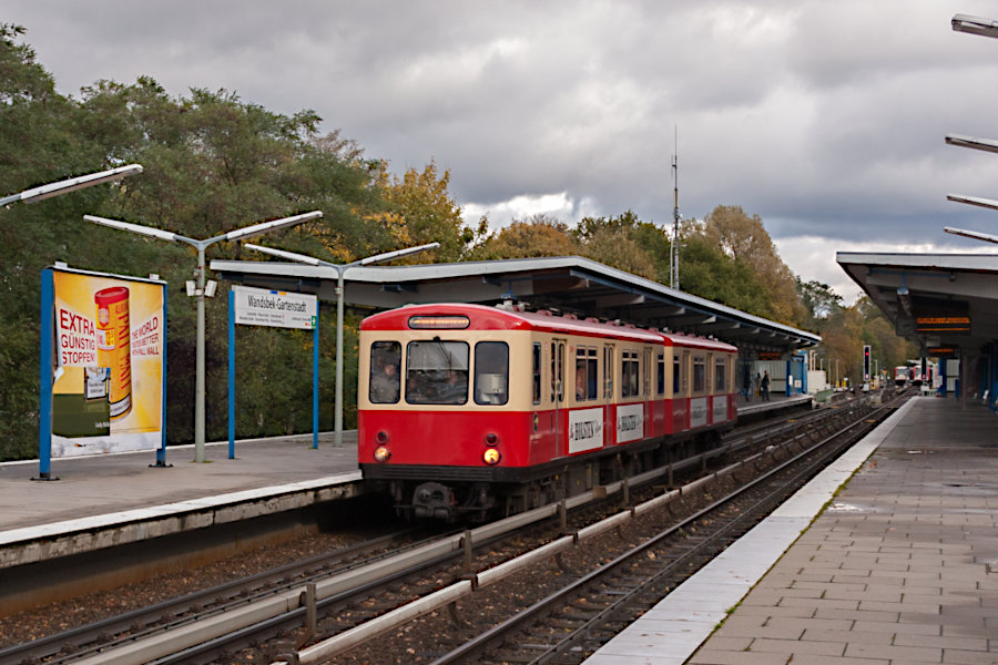 """Der """"Hanseat"""" (DT 1 516) beim 10. Verkehrshistorischen Tag 2010 iin der Haltestelle Wandsbek-Gartenstadt."""