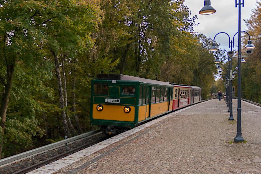 Der T/TU-Zug aus TU2 8762, TU1 8838 und T 220 beim 10. Verkehrshistorischen Tag 2010 in der Haltestelle Ohlstedt.