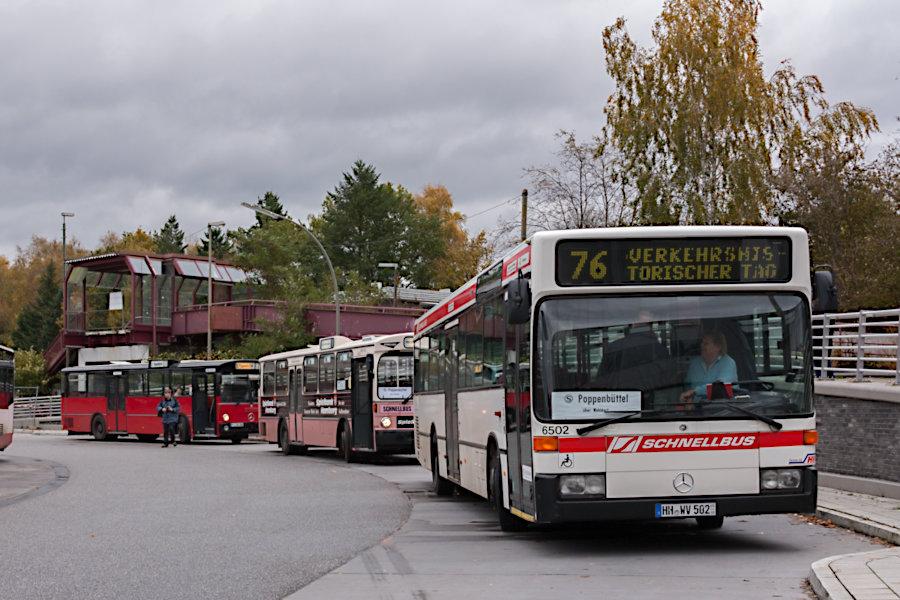 Wagen 6502 und 6416 des HOVs und 8433 der VHH beim 10. Verkehrshistorischen Tag 2010 auf der Omnibusanlage S Poppenbüttel.