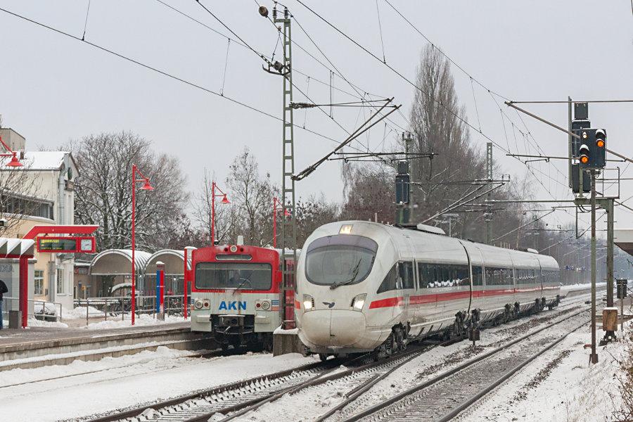 VTE 2.34 der AKN und ein ICE-TD der DB/DSB im Bahnhof Elmshorn.