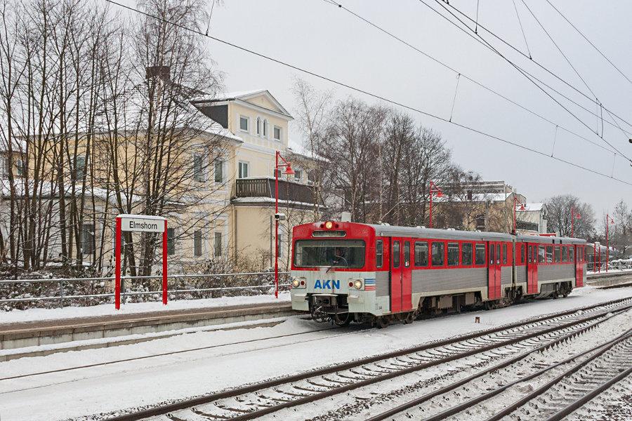 AKN VTE 2.34 bei der Ausfahrt aus dem Bahnhof Elmshorn.