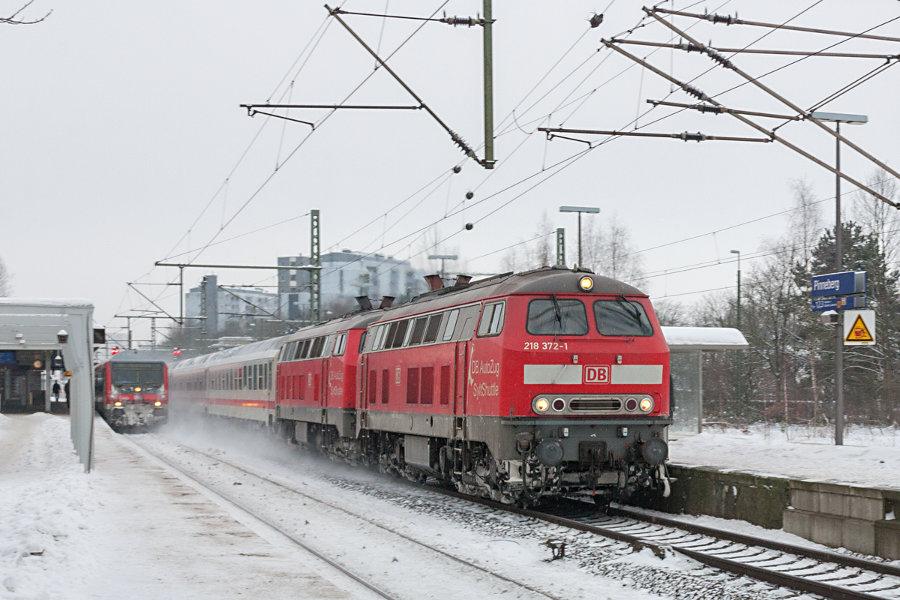 Eine RB mit Wittenberger Steuerwaren und ein IC mit 218 372 an der Spitze im Bahnhof Pinneberg.