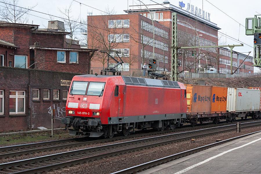 145 078 durchfährt mit einem Güterzug den Bahnhof Hamburg-Harburg.