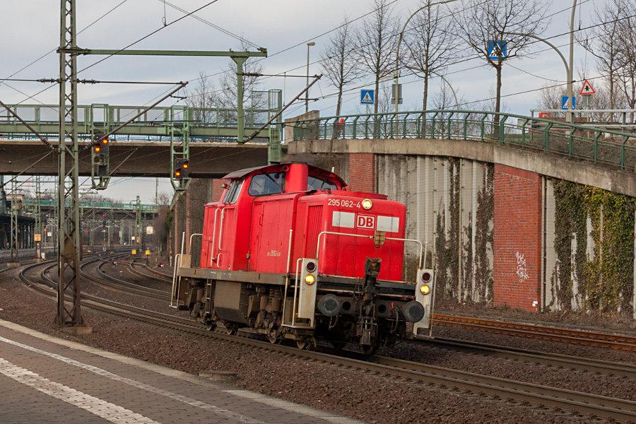 295 062 durchfährt den Bahnhof Hamburg-Harburg.