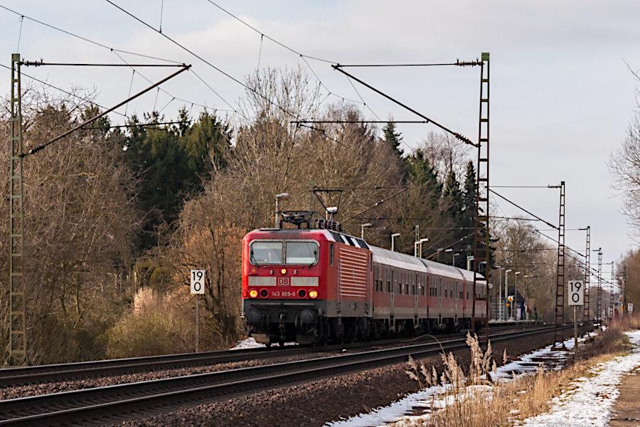 143 805 mit RB 21271 nach dem Halt im Haltepunkt Prisdorf.