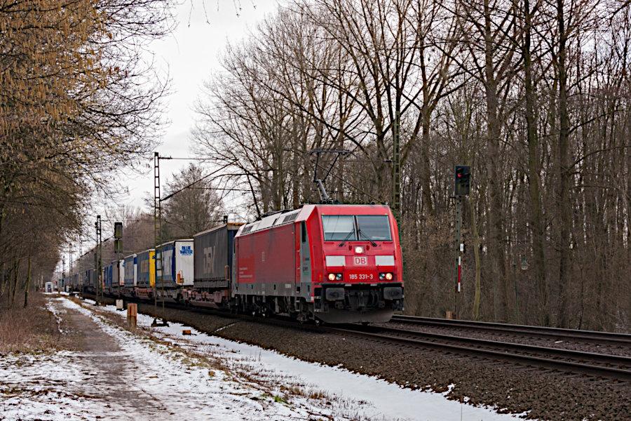 185 331 mit einem Güterzug kurz vor der Durchfahrt durch den Haltepunkt Prisdorf.
