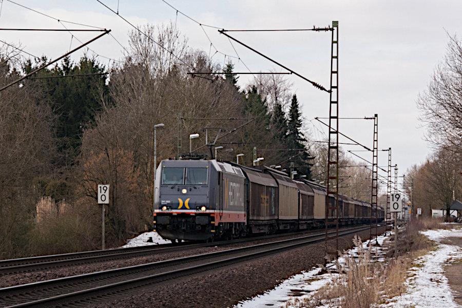 241.002 (185 568) durchfährt mit einem Güterzug den Haltepunkt Prisdorf.