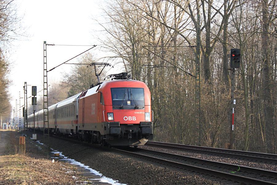 1116 277 mit IC 2190 kurz vor der Durchfahrt des Haltepunkts Prisdorf.