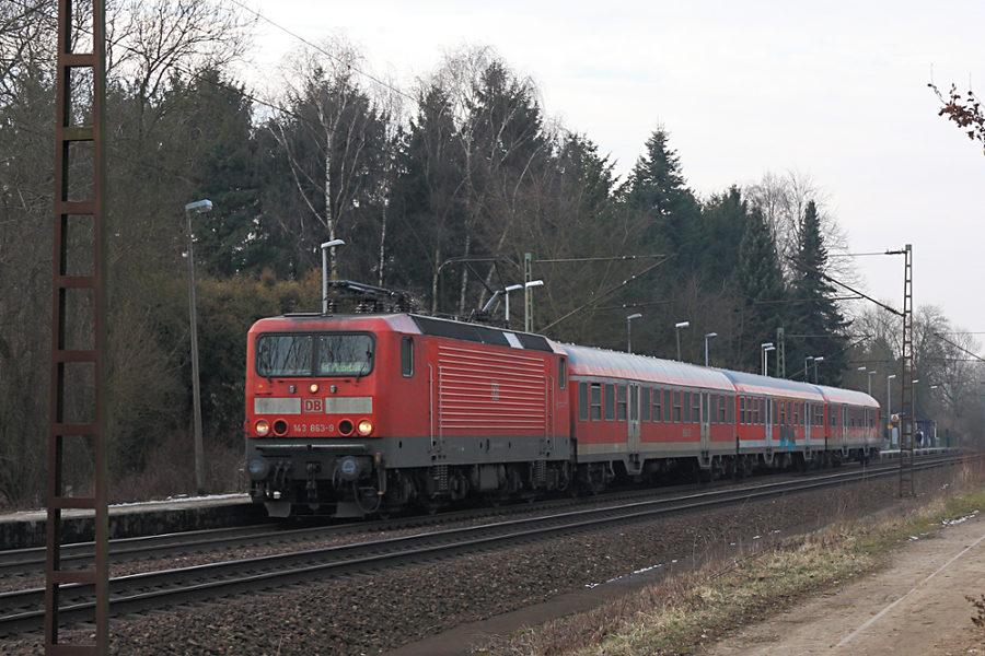 143 863 mit RB 21223 beim Halt im Haltepunkt Prisdorf.
