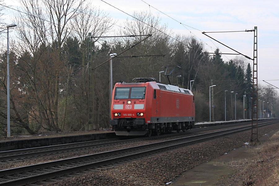 185 006 durchfährt als Triebfahrzeugfahrt den Haltepunkt Prisdorf.