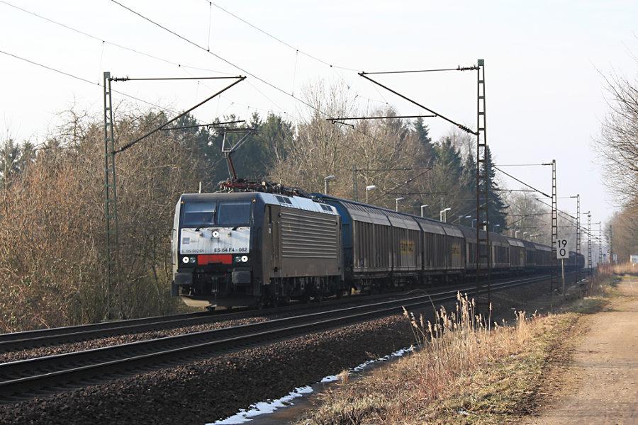 ES 64 F4 - 082 (189 922) durchfährt mit einem Güterzug den Haltepunkt Prisdorf.