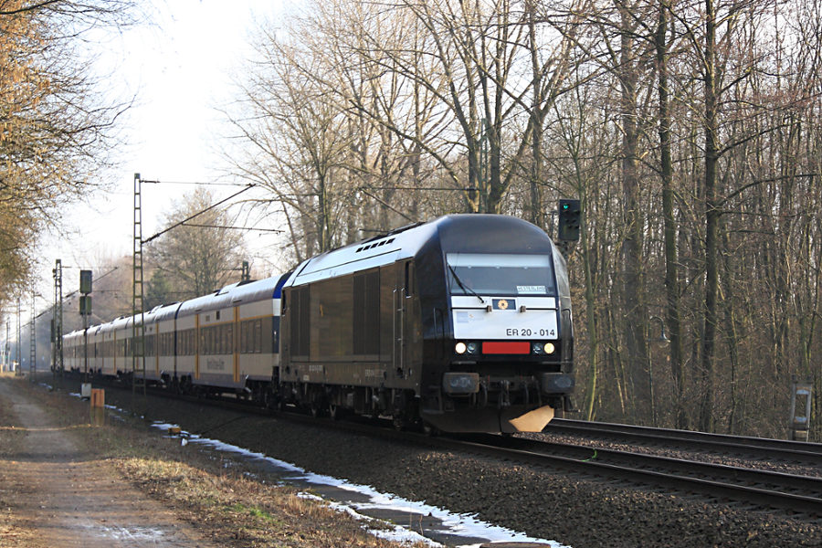 ER 20 - 014 (223 014) durchfährt mit NOB 81718 den Haltepunkt Prisdorf.
