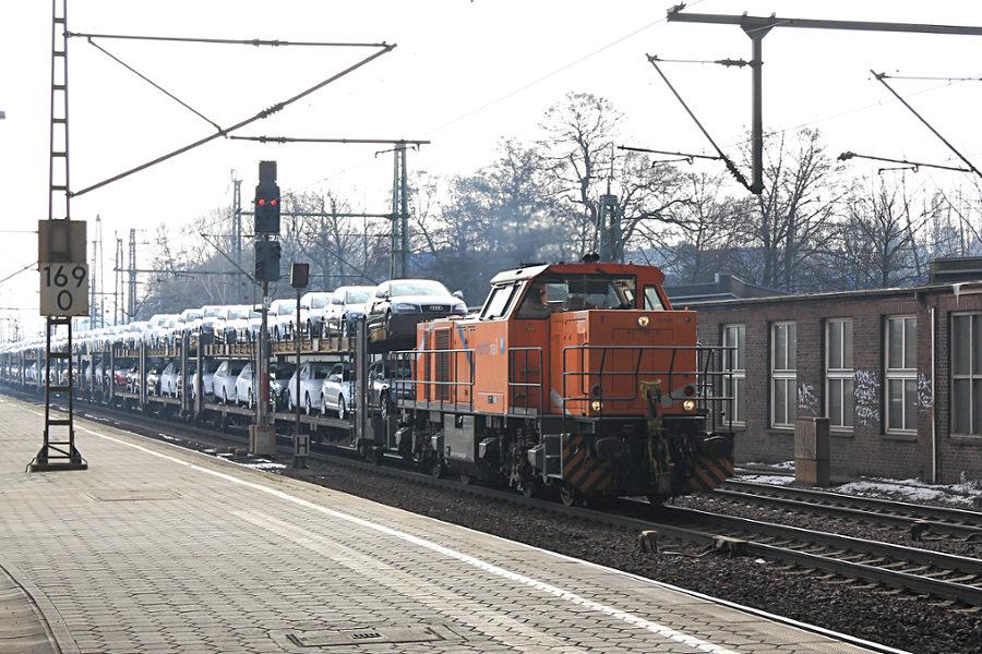 271 025 durchfährt mit einem Neuwagenzug den Bahnhof Hamburg- Harburg.