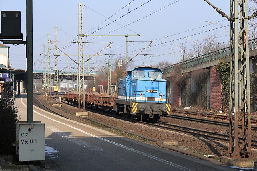 V 60-SP-015 (345 203) durchfährt mit einem Bauzug den Bahnhof Hamburg-Harburg.