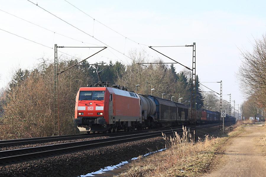 EG 3105 durchfährt mit einem Güterzug den Haltepunkt Prisdorf.
