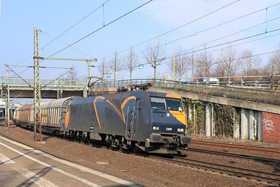 EG 3109 durchfährt mit einem Güterzug den Bahnhof Hamburg-Harburg.
