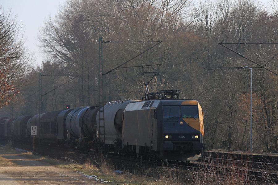 EG 3109 mit einem Güterzug kurz vor der Durchfahrt des Haltepunkts Prisdorf.