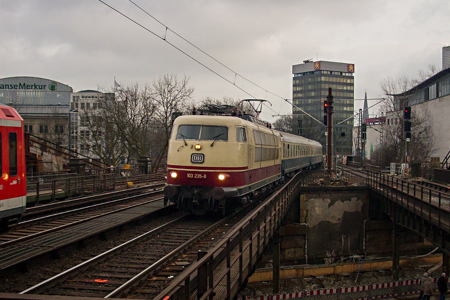 103 235 bei der Einfahrt mit IC 2410 (IC '79) in den Haltepunkt Hamburg-Dammtor.