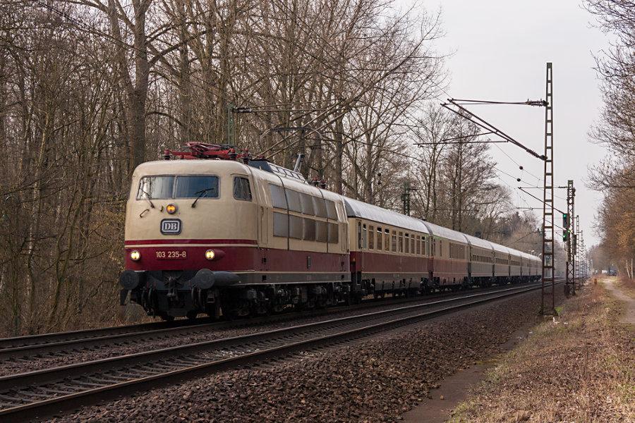103 235 mit IC 2417 (IC '79) bei der Durchfahrt durch den Haltepunkt Prisdorf.