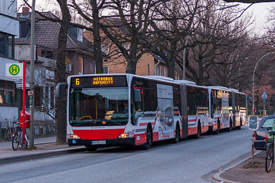 """HHA 7701 und 7702 mit der """"100 Jahre Hochbahn""""-Werbung im Überliegebereich U Borgweg."""
