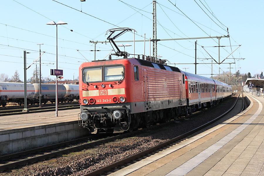 143 343 mit RB 21175 im Bahnhof Itzehoe.