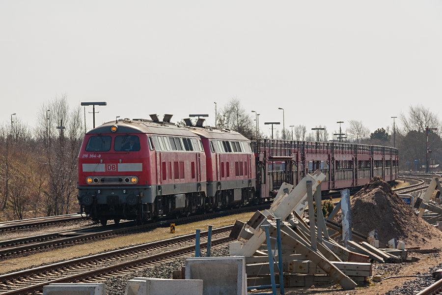 218 364 und 218 371 im Autozug-Bahnhof Niebüll.