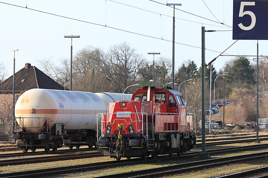 260 503 rangiert im Bahnhof Itzehoe.