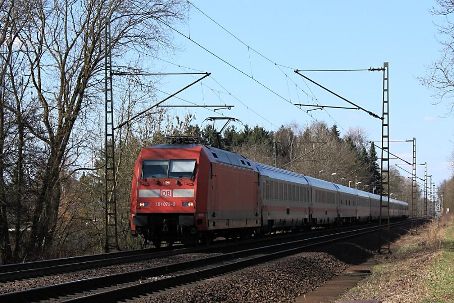 101 079 durchfährt mit IC 2311 den Haltepunkt Prisdorf.