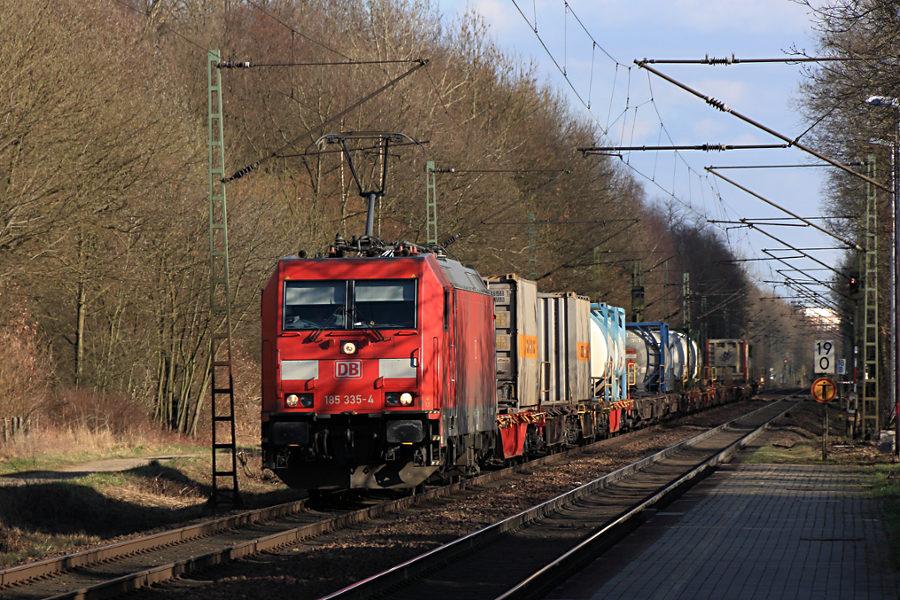 185 335 mit Güterzug kurz vor der Durchfahrt des Haltepunkts Prisdorf.