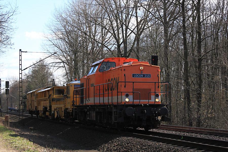LOCON 215 (203 141) mit Bauzug kurz vor der Durchfahrt des Haltepunkts Prisdorf.