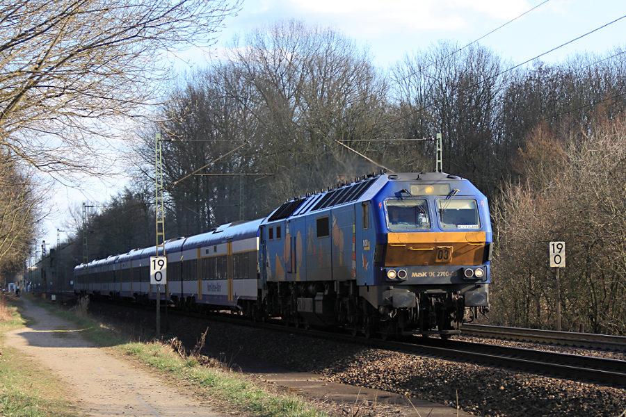 DE 2700-03 (251 003) mit NOB 81720 kurz vor der Durchfahrt des Haltepunkts Prisdorf.