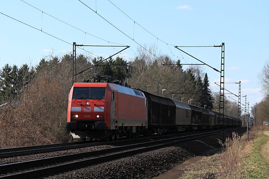 EG3105 mit Güterzug durchfährt den Haltepunkt Prisdorf.