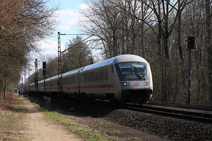 IC 2310 durchfährt mit Steuerwagen voraus den Haltepunkt Prisdorf.