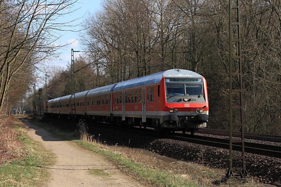 SH-Express RE 21070 kurz vor der Durchfahrt des Haltepunkts Prisdorf.