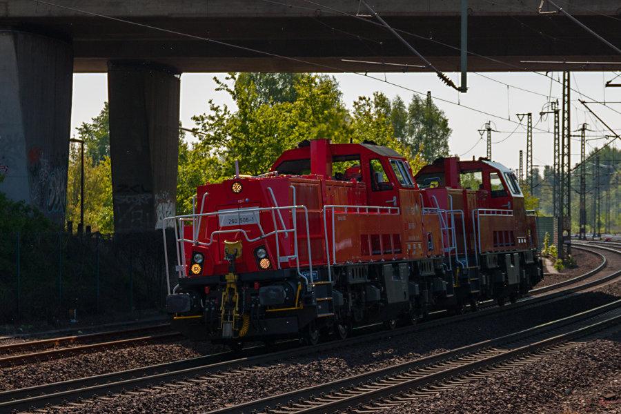 260 506 und 260 507 durchfahren als Triebfahrzeugfahrt (Tfzf) den Bahnhof Hamburg-Harburg.